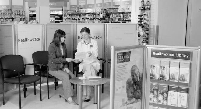 Pharmacienne consultant une cliente