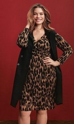 Une femme portant des vêtements à la mode