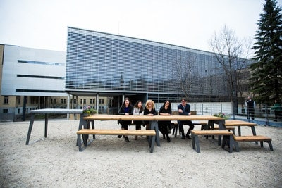 FR - Students sitting at a table outside