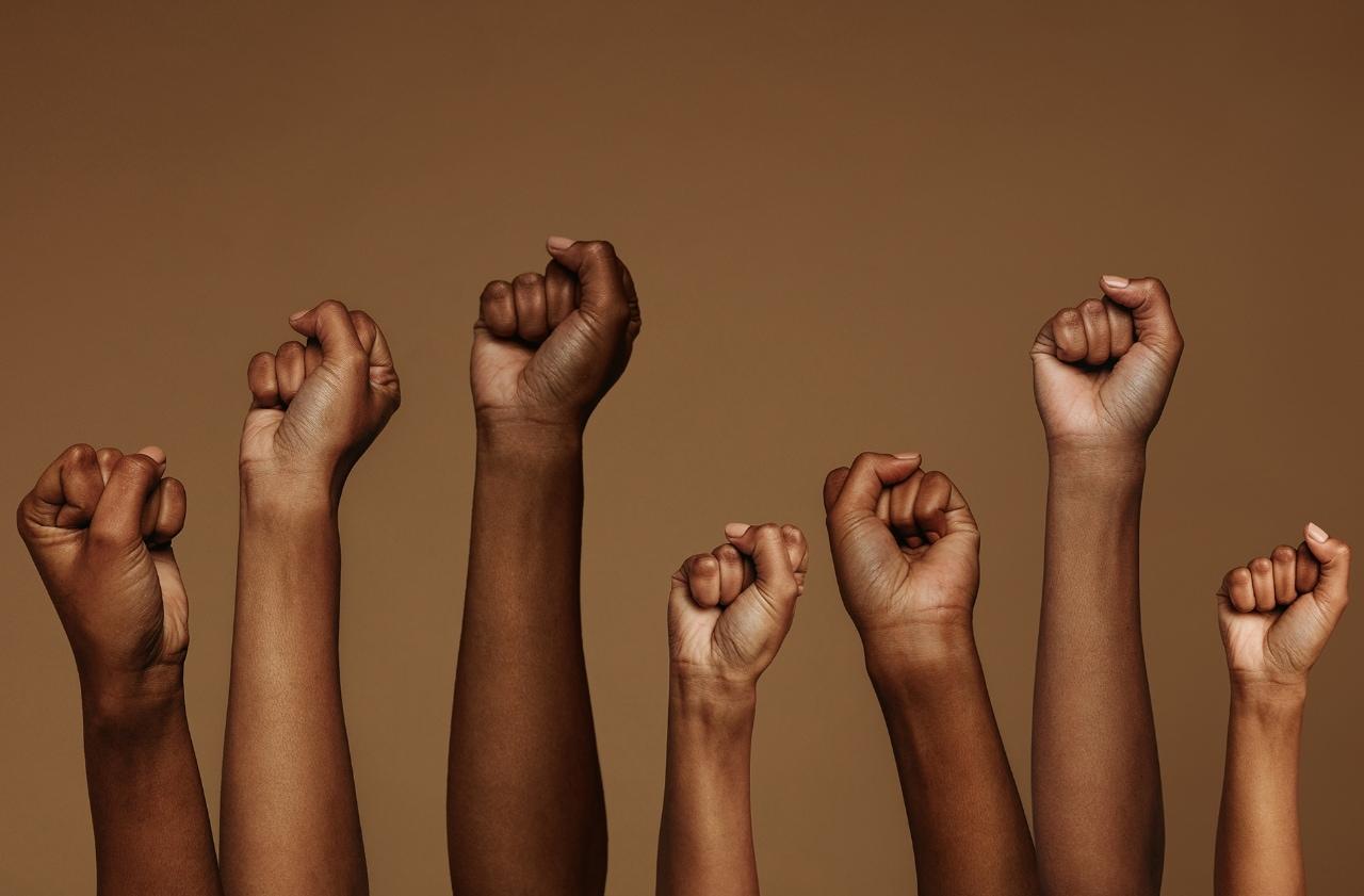 Des poings en l'air pour l'égalité