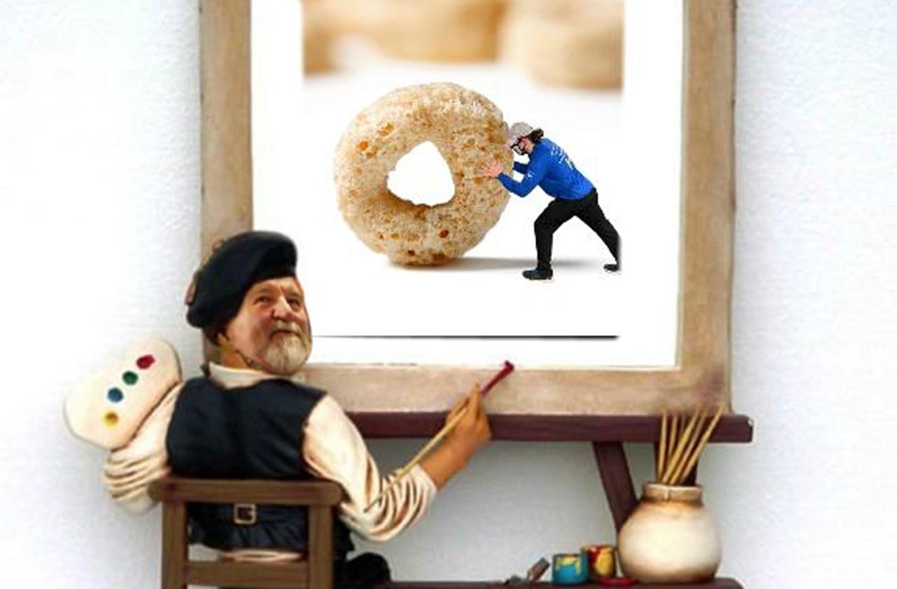 Image retouchée sous Photoshop d'un homme portant un béret et tenant une palette de peinture devant un chevalet avec une photo d'un travailleur d'épicerie qui pousse un Cheerio géant.