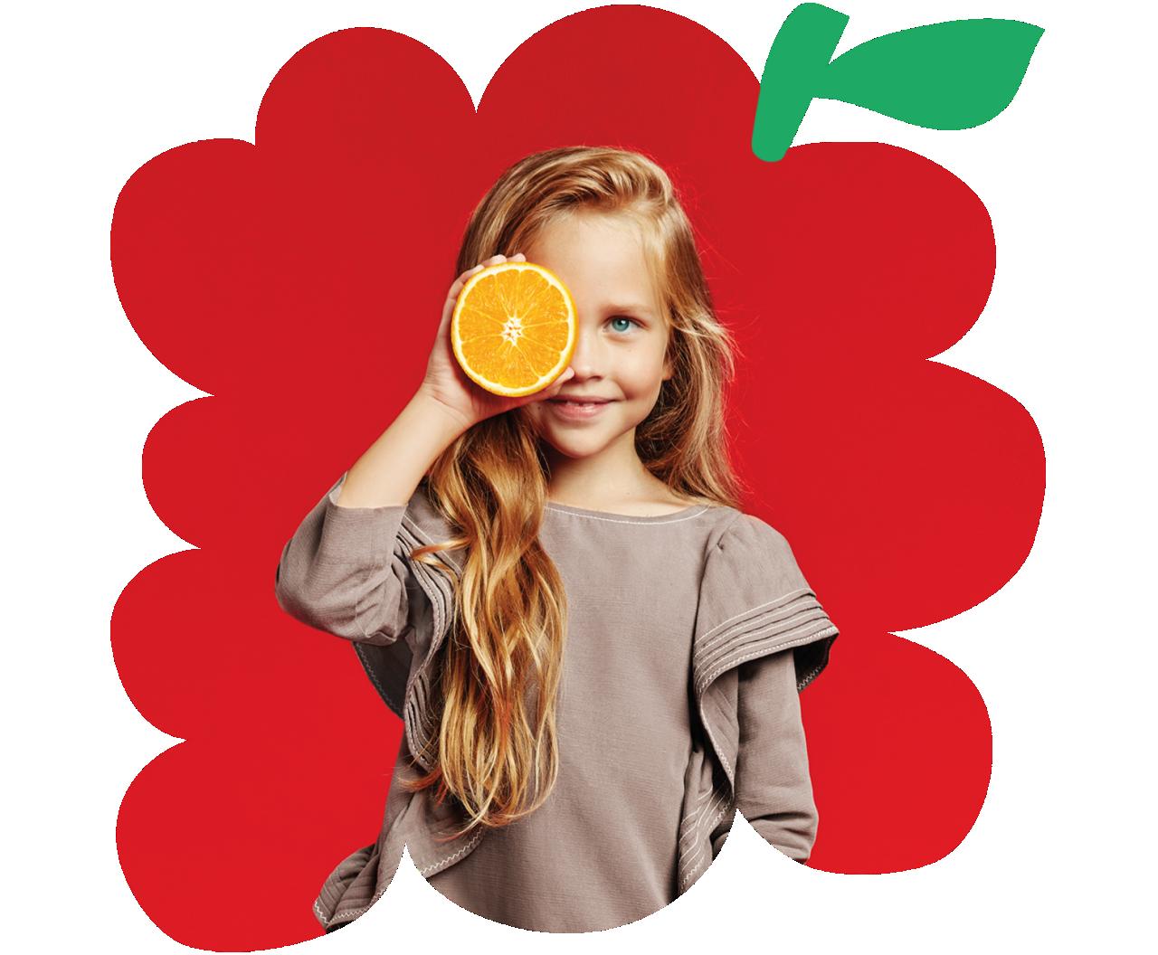 Jeune fille tenant une orange devant son œil